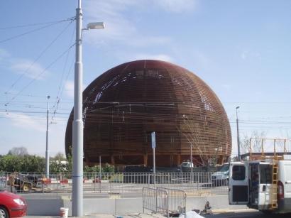 Drveni paviljon ispred CERN-a