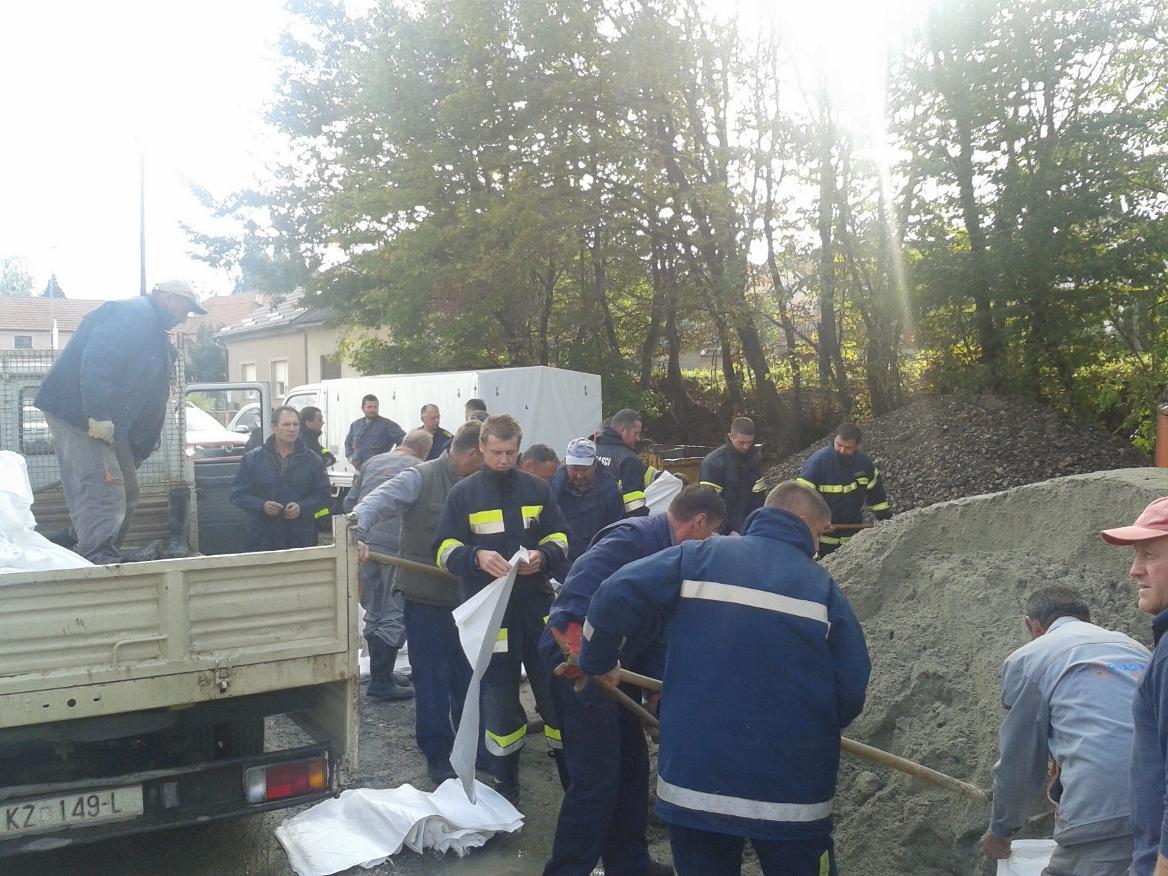 poplave6_vatrogasci_vrece_pijesak_krizevcihr_2014-10-22