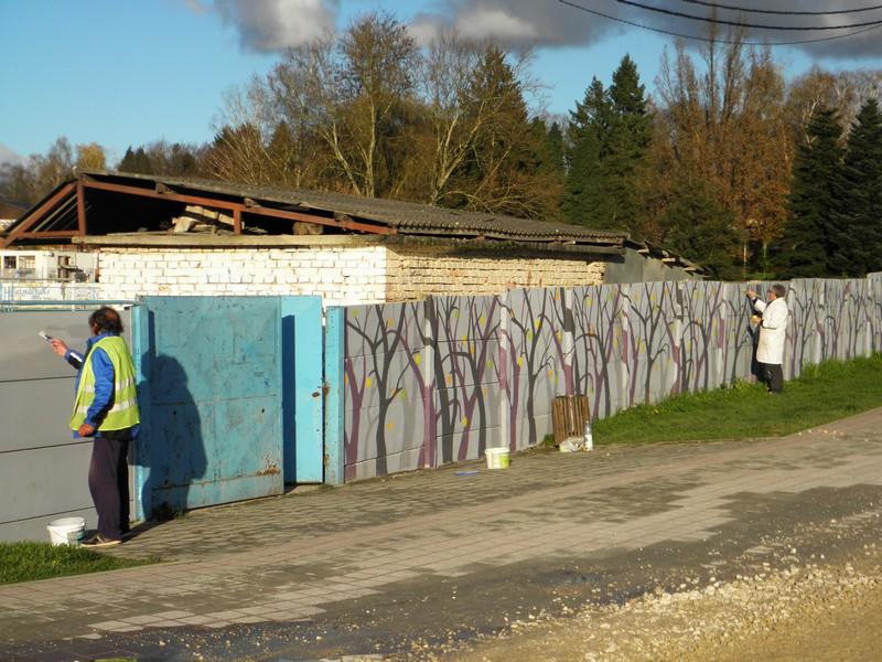 """Članovi Križevačkog likovnog kruga oslikavaju """"Veliki križevački zid"""" (foto: R.Matić, 20. studenoga 2014.)"""