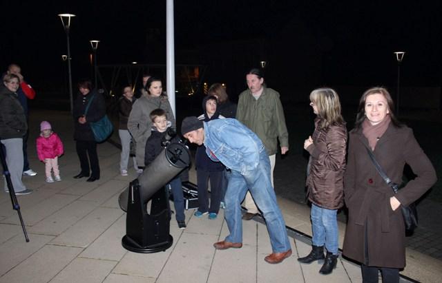 Veliki odaziv građana na nenajavljeno promatranje Mjeseca iz središta Križevaca 1. studenoga