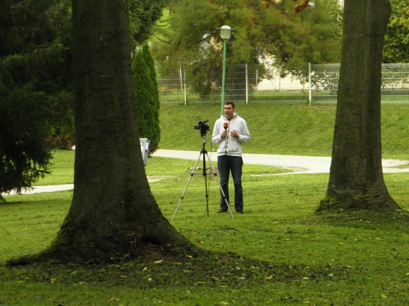 """""""Sam svoja televizija"""", Tomislav Belušić snima najavu jednog priloga tehnikom """"selfie"""" (foto: R.Matić, 2. listopada 2014.)"""