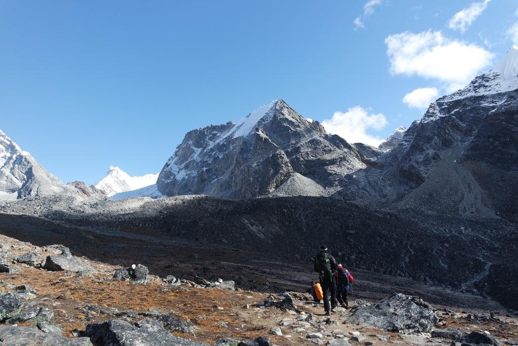 Cho La  (5368 m), ispred nas gore desno