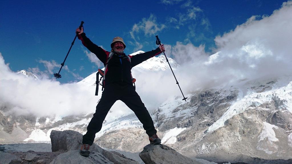 "Ispred Everest Base Campa (5364 m),  s ""Everestom ispod ruke""."