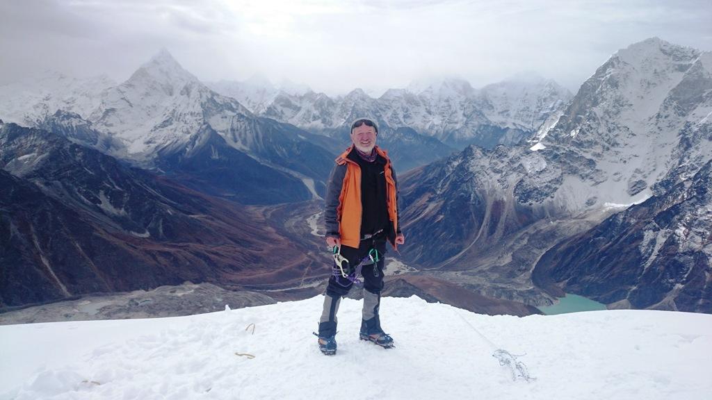 Zdravko Širola na vrhu Lobuche East (6119 m). U pozadini je vrh Ama Dablana (6814 m), jedne od najljepših planina Himalaje.