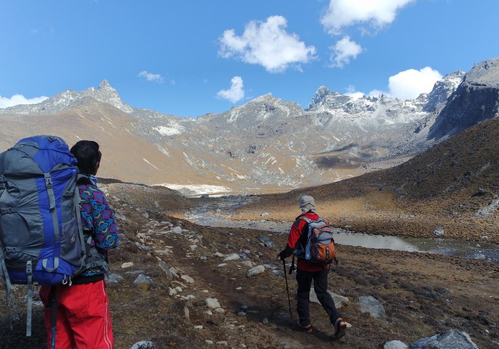 Renjo La (5360 m), uspon (prevoj je desno gore ispred bijelog oblaka)