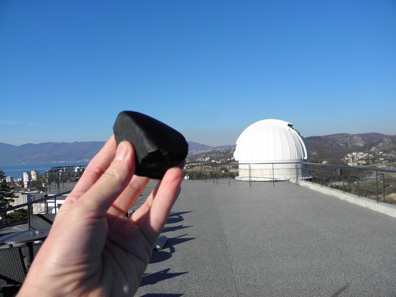 S vjernom replikom meteorita Križevci na zvjezdarnici u Rijeci 7. prosinca 2013. (foto: R.Matić)