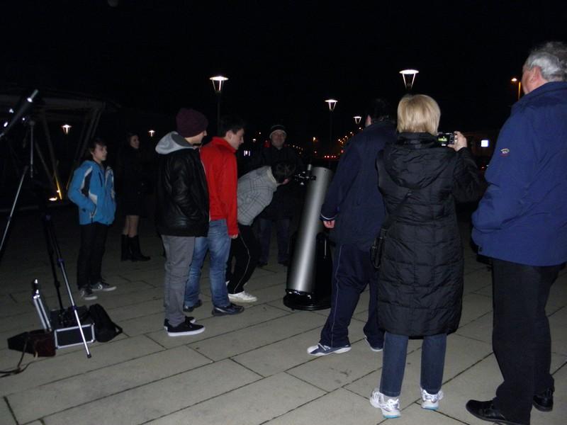 U javnim promatranjima neba teleskopom sa Strossmayerovog trga u Križevcima posjećuje sve više građana (foto: R.Matić, 8. ožujka 2014. - 7. međunarodna noć ulične astronomije)