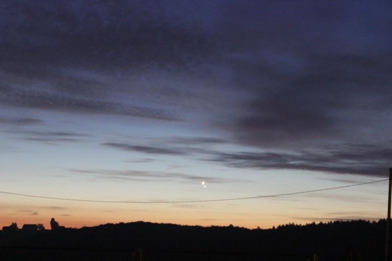 """Dok iščekujemo konjunkciju Venere i Marsa 22. veljače, sjećamo se konjunkcije Venere i Jupitera iznad Ratarske šume rano ujutro 18. kolovoza 2014. godine. Događaj je bio """"jači"""" čak i od oblaka (foto: Martin Vujić)"""