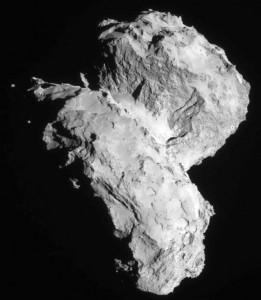 """Komet Čurjumov - Gerasimenko kako ga je """"vidjela"""" sonda Rosseta 22. kolovoza 2014. godine. Oblikom je sličan dječjoj gumenoj patkici (preuzeto s en.wikipedia.org)"""