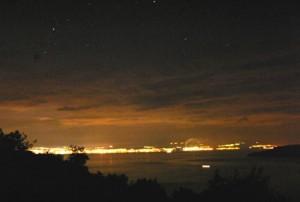 Pokušaj promatranja noćnog neba u smjeru Rijeke s udaljenosti od 50 kilometara (izvor: http://www.fonovic.com/svjetlosno_zagadjenje.html)