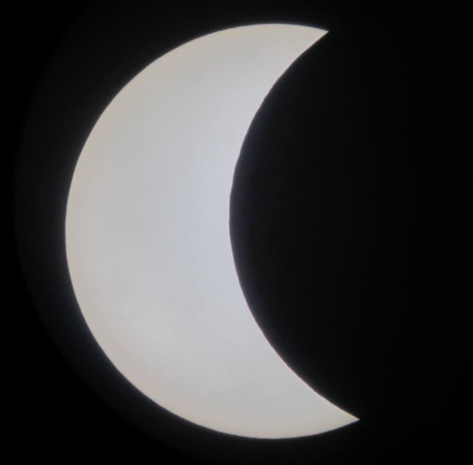 Ovo nije Mjesec nego Sunce, a Mjesec je ono crno što je odgrizlo Sunce. Pomrčina Sunca iz Križćevaca 20. ožujka 2015. (foto Martin Vujić)