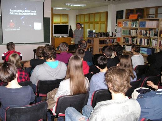 Na početku predavanja u gimnazijskoj knjižnici (foto: Zoran Kovač)