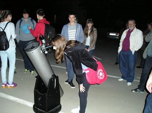 Promatranje poslije predavanja kroz Newtonov tip teleskopa kakav se pojavio godinu dana nakon Zakmardijeve smrti (foto: Zoran Kovač)