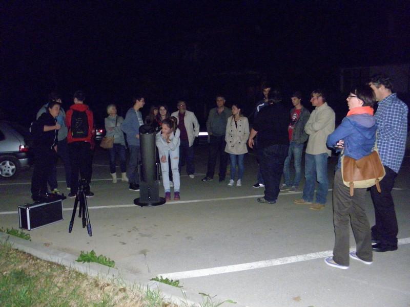 Organizatori su mogli biti zadovoljni posjećenošću predavanja i promatranja neba s parkirališta Gimnazije (foto: Ratko Matić)