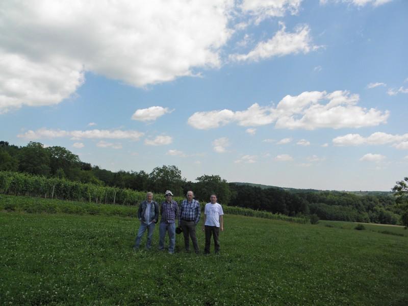 Prije okruglog stola gosti iz Hrvatske meteorske mreže posjetili su mjesto pada meteorita Križevci. Damir Šegon do sada ovdje još nije bio. (foto: R.Matić)