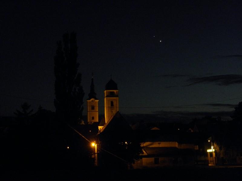 """Dva dana prije konjunkcije Venere (sjajnija, desno) i Jupitera, 29. lipnja 2015. Ovaj njihov međusobni položaj možemo usporediti s njihovim međusobnim položajem tri tjedna prije, 7. lipnja, na fotografiji objavljenoj u najavi 1967. """"Krugova"""". (foto: R. Matić)"""