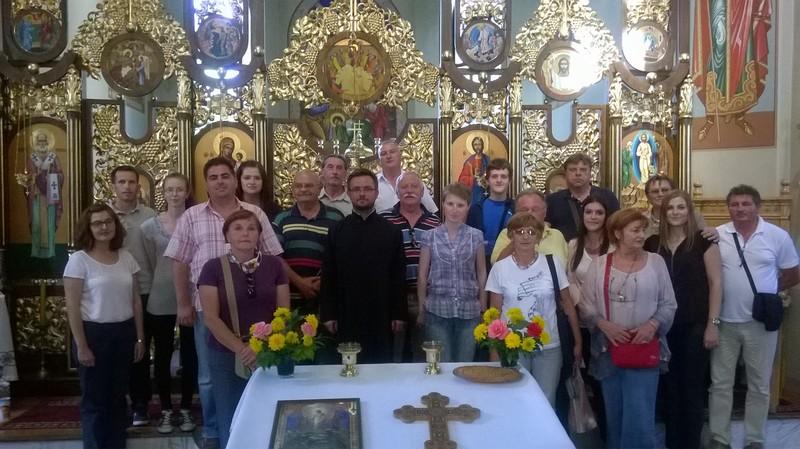 Zajednička fotografija Križevčana, pjevača i njihovih gostiju na putovanju, nakon liturgije u Prnjavoru. Liturgiju je pjevao Katedralni pjevački zbor Križevci pojačan nekolicinom članova HPD Kalnik (foto: Katedralni zbor)