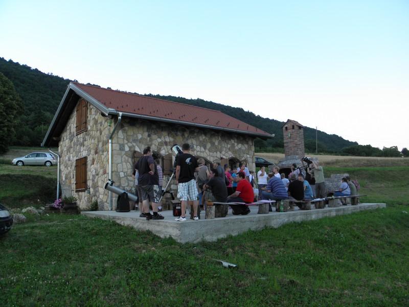 Nastavna sekcija Hrvatskog fizikalnog društva, arheolozi i etnolozi koji  istražuju po Kalniku te Perzeidi, na astro-gastro partyju na Kalniku 2. srpnja 2015. ( foto: R.Matić)