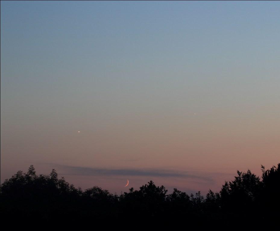 Venera, Mjesec i Jupiter s Petrovog vrha pored Daruvara 18. srpnja 2015. Promatraju se još za dana, jer kad se smrači, već zalaze (foto Martin Vujić)