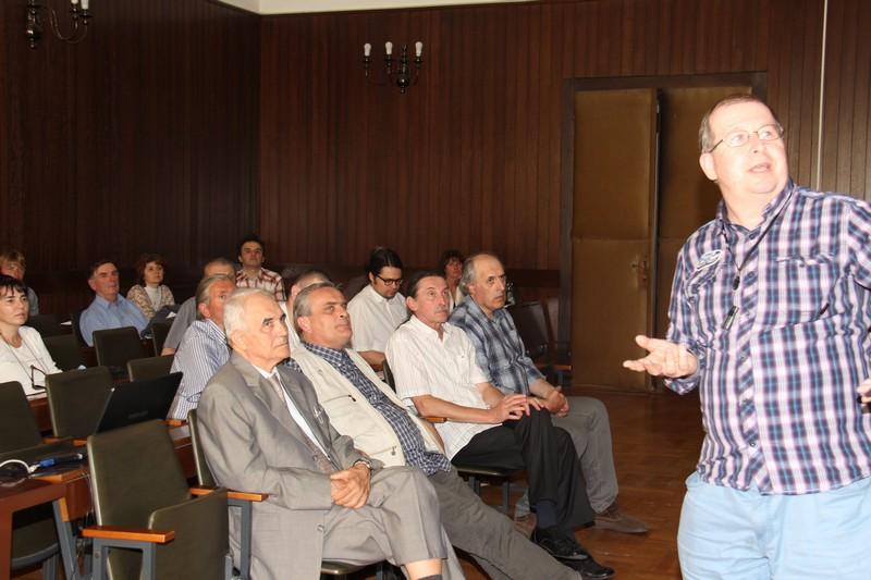 Dr. sc. Željko Andreić na okruglom stolu o meteoritu Križevci 18. lipnja 2015. objašnjava kako je odredio mjesto pada meteorita Križevci (foto: Marcel Kovačić)