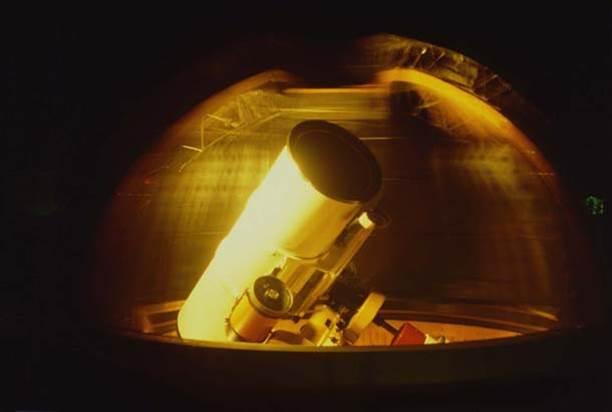 Teleskop zvjezdarnice u Višnjanu kojim je odande otkriveno na stotine malih tijela Sunčeva sistema (iz prezentacije Korada Korlevića)