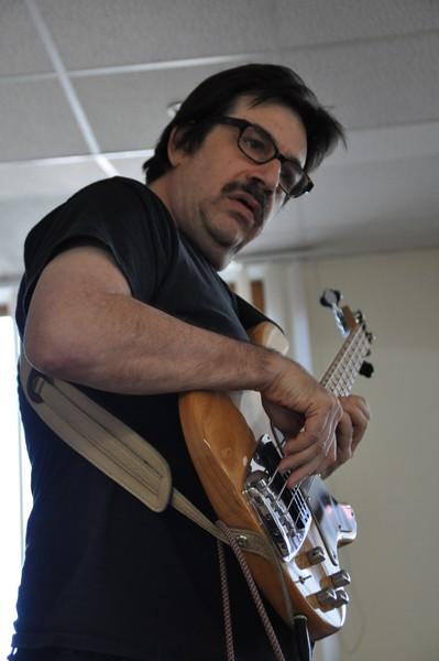 Basist Jeff Berlin drži radionicu sviranja basa u travnju 2013. u Križevcima (foto: Boris Brčić)