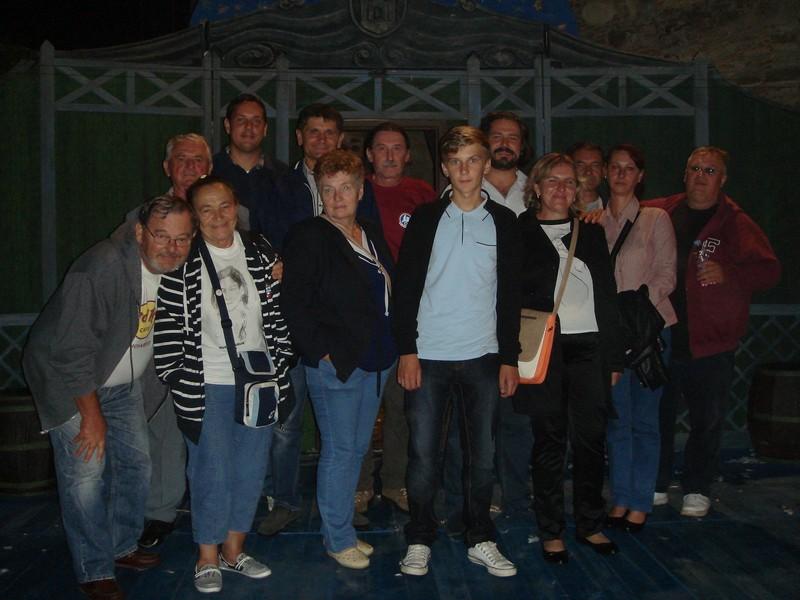 "Križevački glumci ispred scene ""Histriona"" s glumcem u predstavi Adamom Končićem nakon predstave ""Diogeneš"" (foto: Antun Gold)"