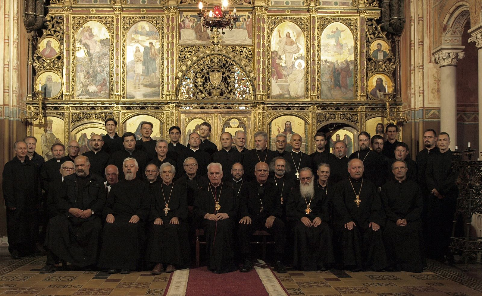 Svećenici na duhovnim vježbama 2008. sa pokojnim vladikom Slavomirom Miklovšem koje je predvodio mostarski biskup Ratko Perić.