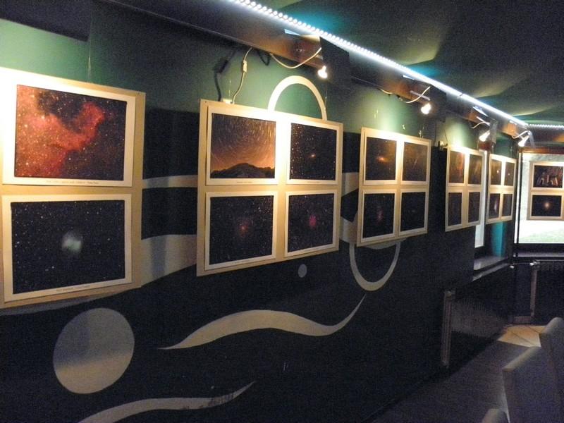 """Izložba astrofotografija u predavaonici festivala """"10 dana astronomije"""" u Daruvaru, od 1. do 10. travnja 2016."""