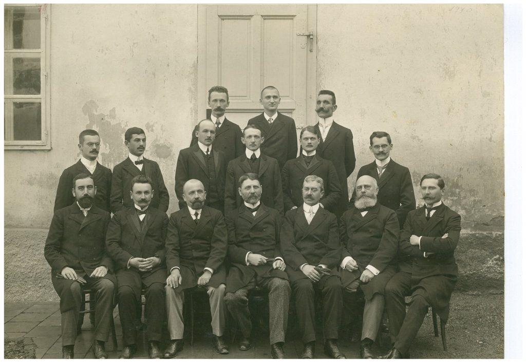 Dr. Gundrum_bijela brada_ i članovi profesorskog zbora Kr. višeg gospodarskog učilišta gdje je Gundrum bio zavodski liječnik i docent higijenea