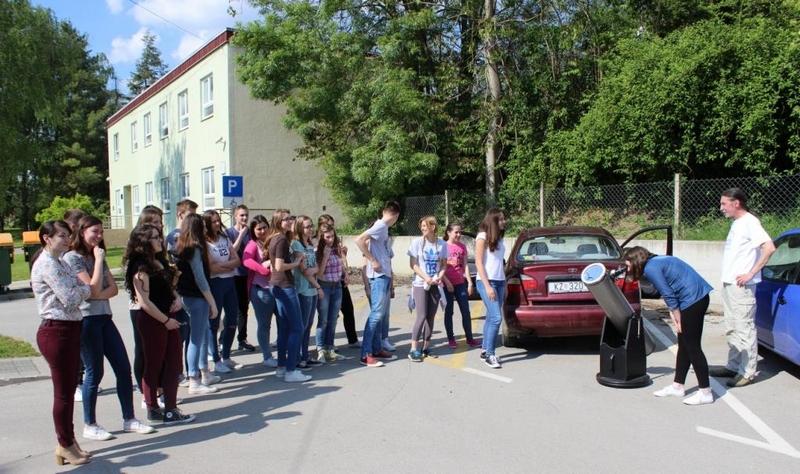 Perzeidi su omogućili promatranje tranzita Merkura svim gimnazijalcima u popodnevnom turnusu na parkiralištu pored gimnazije (foto Martin Vujić)
