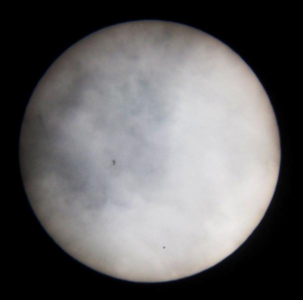 Tranzit Merkura (mala crna točkica pri dnu Sunčevog diska) mogao se vidjeti čak i kad su naišli rijetki oblaci. Na Suncu je bilo i nekoliko pjega (foto Martin Vujić)