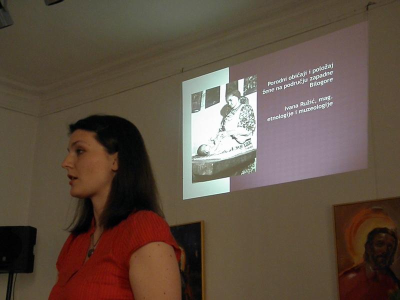 Etnologinja Ivana Ružić na predavanju o porodnim običajima u kraju oko Svetog Ivana Žabna 1. lipnja 2016. u Likovnoj galerij u Križevcima