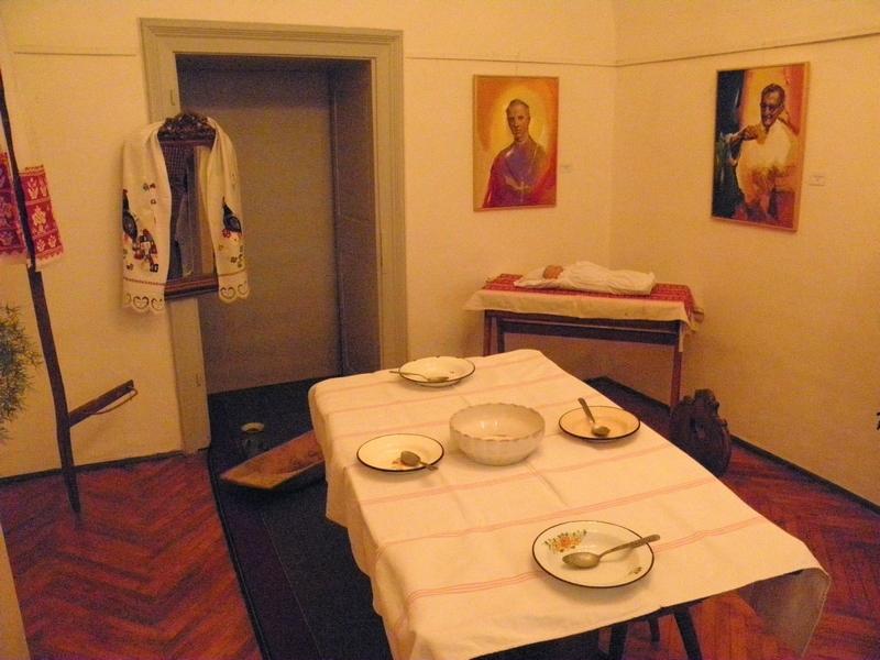 Izložba u Likovnoj galeriji koja je bila postavljena uz predavanje o porodnim običajima i položaju žena na području zapadne Bilogore (foto: R. Matić)