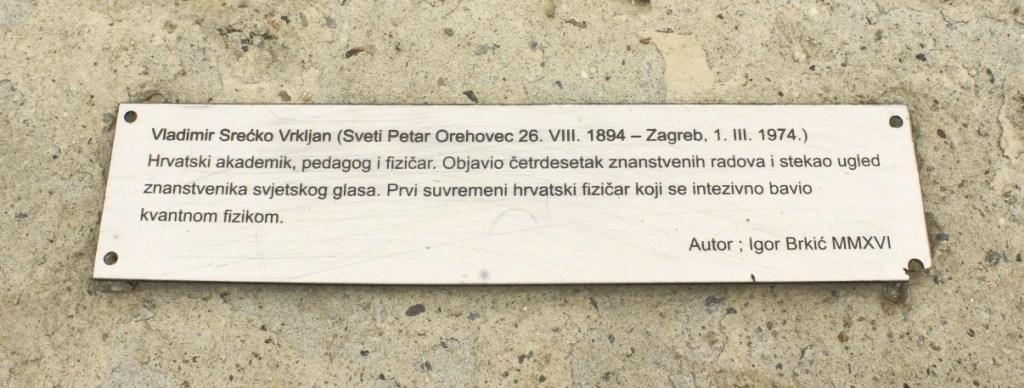 Pločica s podacima uz skulpturu posvećenu V. S. Vrkljanu (foto: Martin Vujić)