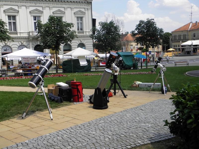 """""""Revija"""" teleskopa Perzeida i astronoma iz Zagreba i Daruvara na Križevačkom velikom spravišču 2013. godine (foto: R. Matić, uz najavu Teme Krugova)"""