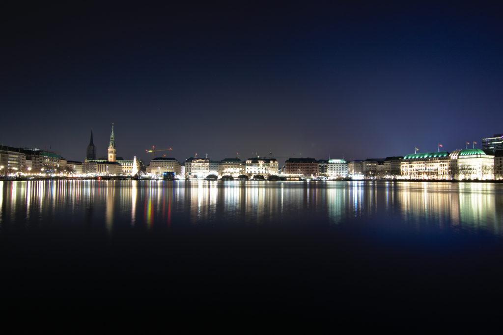 Pogled na unutarnji dio jezera Alster i sam centar grada s mjesta gdje prolazi vlak od Glavnog kolodvora prema Dammtoru.