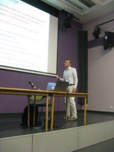 Predavač doc. dr. sc. Matko Glunčić na tribini o kurikulskoj reformi 7. studenoga 2016. u Križevcima (foto: Jerko Barišić)