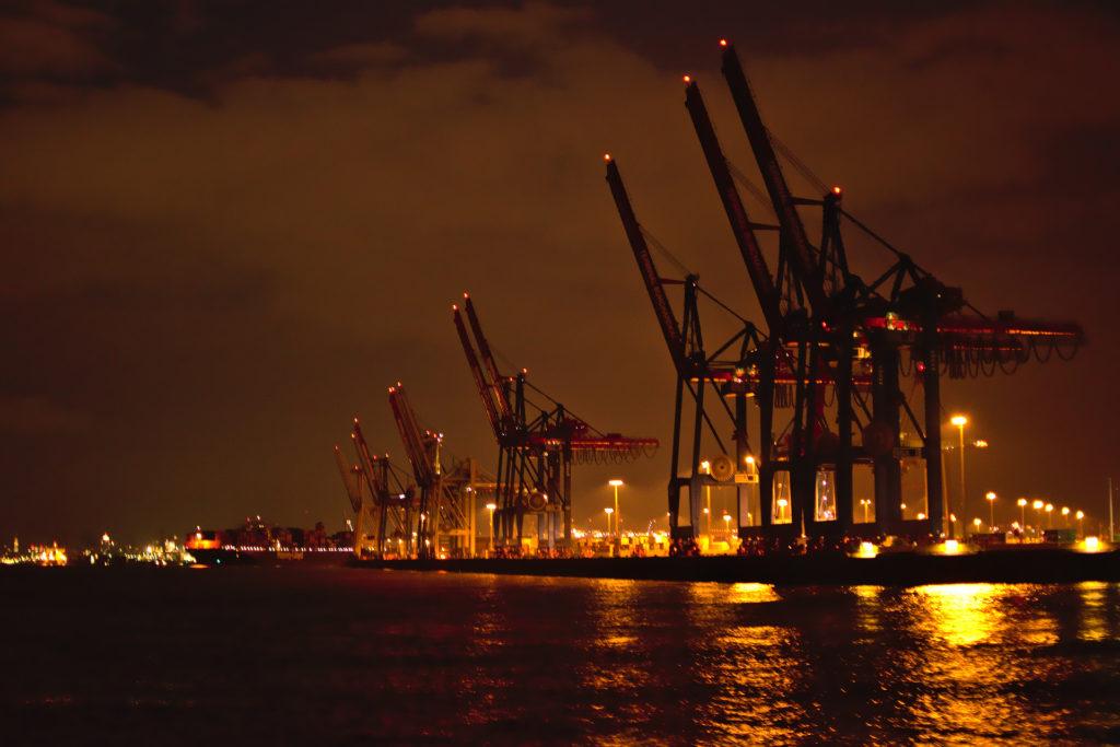 Veliki kranovi za utovar i istovar kontejnerskih brodova preko puta Altone
