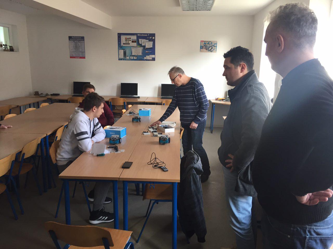 photo_2016-12-10_11-39-08_radionica_robotika_croatian_makers_srednja_ivan_seljanec_inovatorsko_drustvo_marcel_kiepach