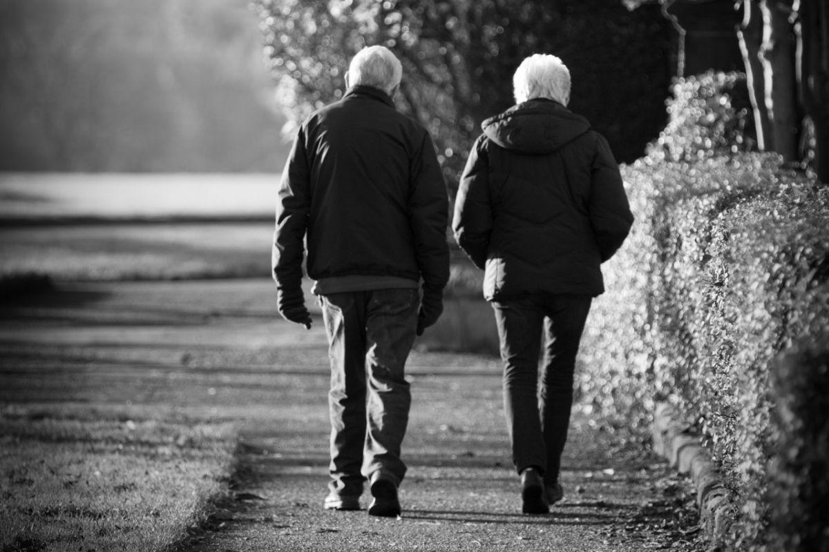 old-couple-on-the-walk_telefonska_prijevara_scam_obmana_novac_uplata_phishing_socijalni_inzenjering