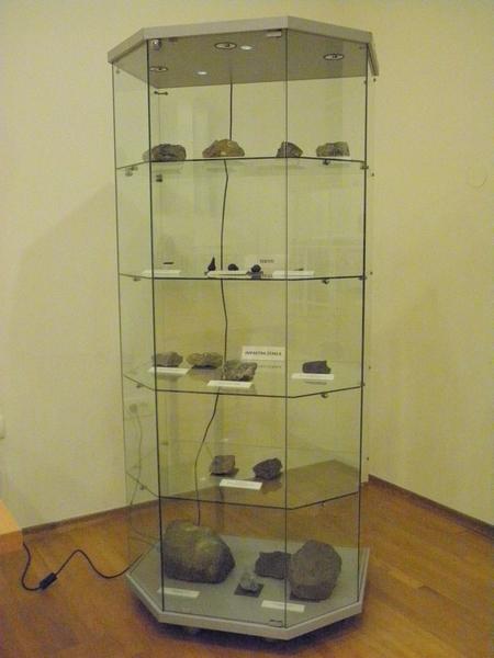 Dio Izloženih fragmenata stijena nastalih udarima meteorita (foto R.Matić)