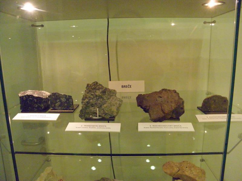 Dio izložaka na izložbi stijena nastalih u davnim sudarima Zemlje s manjim svemirskim tijelima (foto R.Matić)