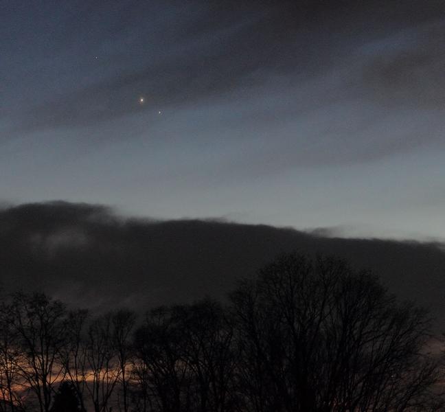 Jupiter i Saturn snimljeni s Ratarne nad Križevcima 26. prosinca prošle godine. Sad se njima pridružio i Merkur ali oblačno nebo ne danima nam ne dopušta da i to vidimo (foto M. Vujić)