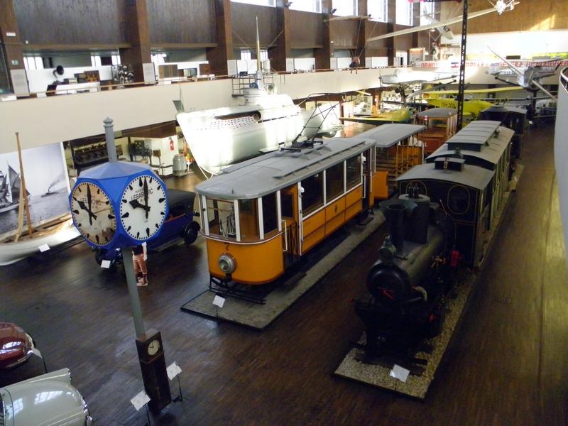Lokomotiva Samoborčeka s jednim vagonom u Tehničkom muzeju u Zagrebu (uz žuti dubrovački tramvaj) (foto R.Matić)