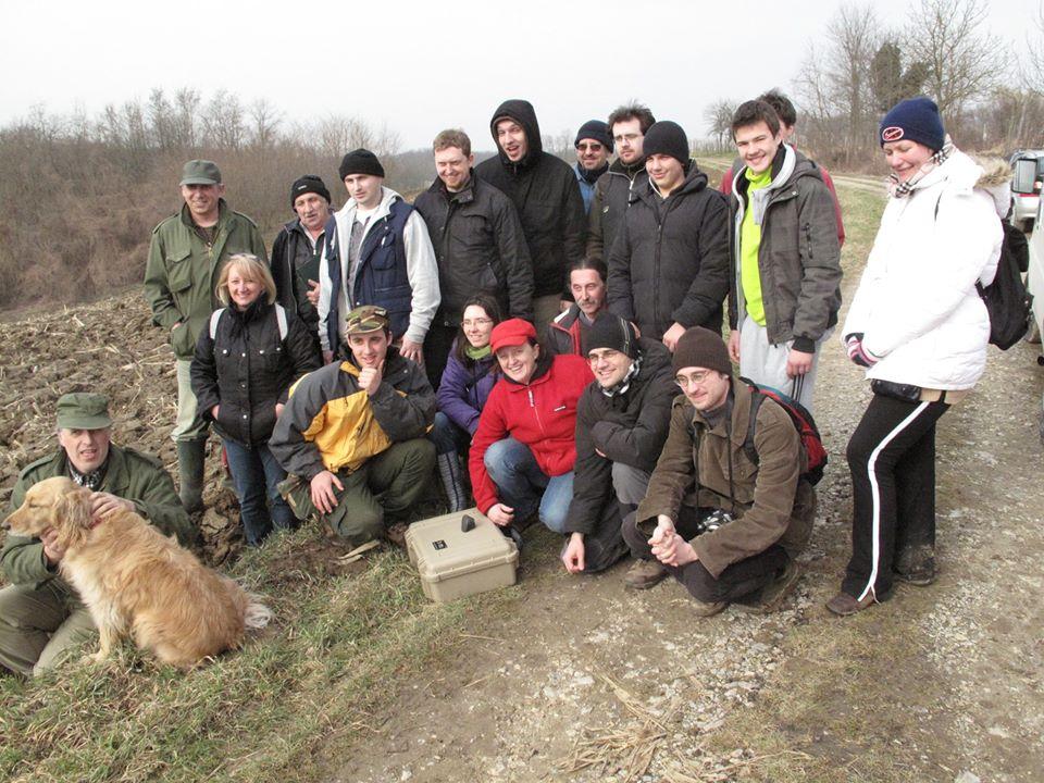 Ekipa koja je pronašla meteorit (na kovčegu), 20. veljače 2011. Korado Korlević prvi s lijeva, s psom (foto iz arhive Perzeida)