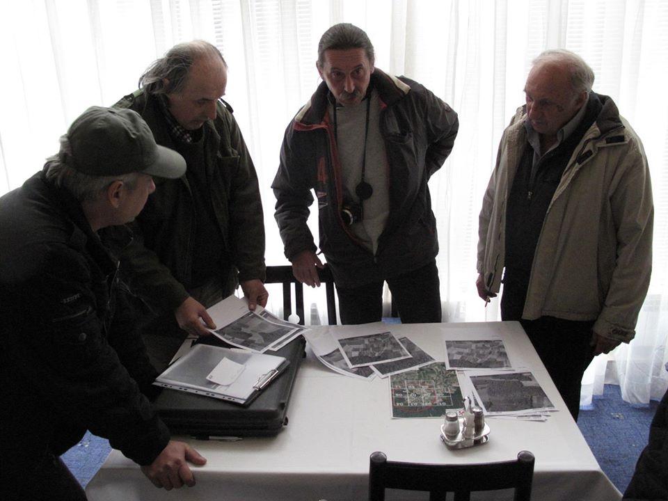 Korado Korlević izlaže plan potrage z meteoritom prije izlaska na teren 13. veljače 2011. godine (foto iz arhive Perzeida)