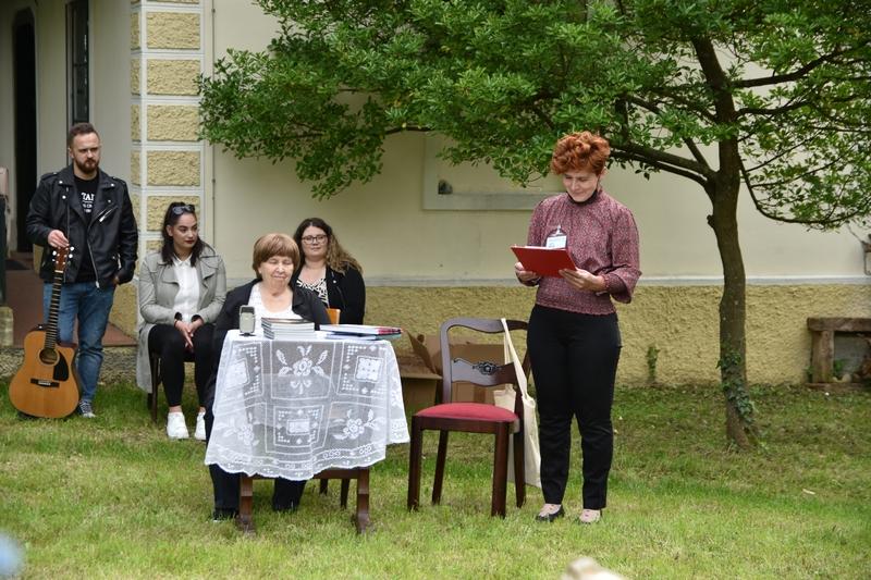 Tatjana Kren (sjedi za stolom) predstavlja svoju monografiju o Hrašćinskom meteoritu 22. svibnja 2021. godine u Trgovišću u kuriji Njeguš (foto Andrej Dundović)